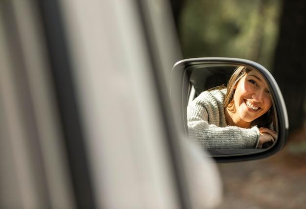 도로 여행을하는 동안 차에 웃는 여자