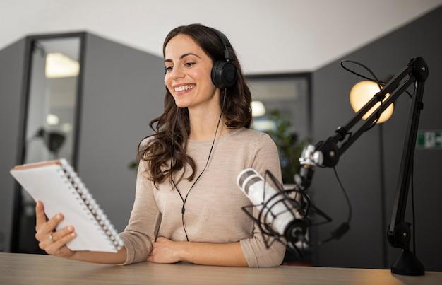 라디오 쇼 중 스튜디오에서 웃는 여자