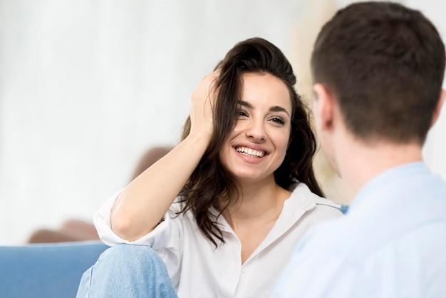 그녀의 남자 친구를보고 웃는 여자