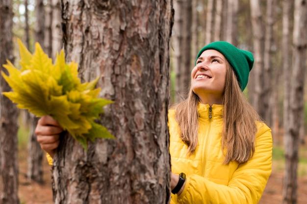 Смайлик женщина смотрит в лес