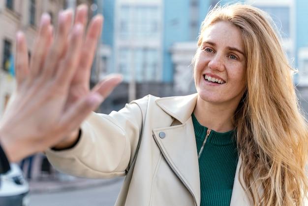 Donna sorridente all'aperto in città