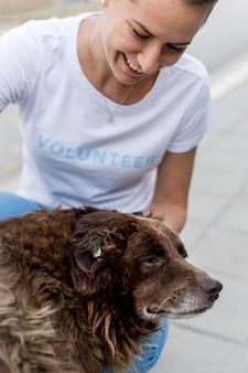養子縁組で大きな救助犬をかわいがるスマイリー女性