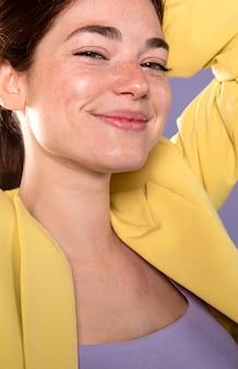 クローズアップポーズのスマイリー女性
