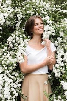 花でポーズ笑顔の女性