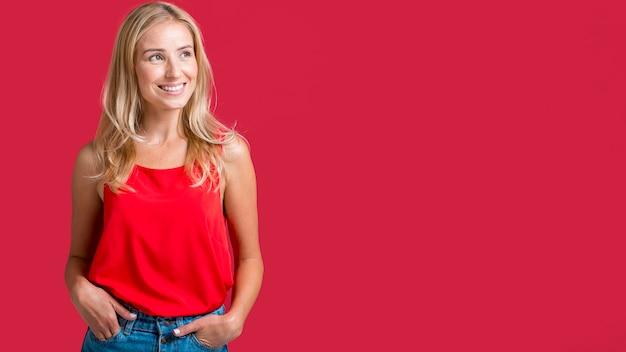 Смайлик женщина позирует в красной майке с копией пространства