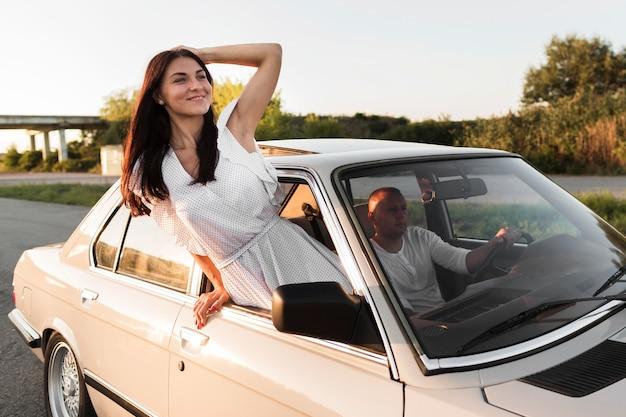 Donna sorridente in posa fuori dalla finestra