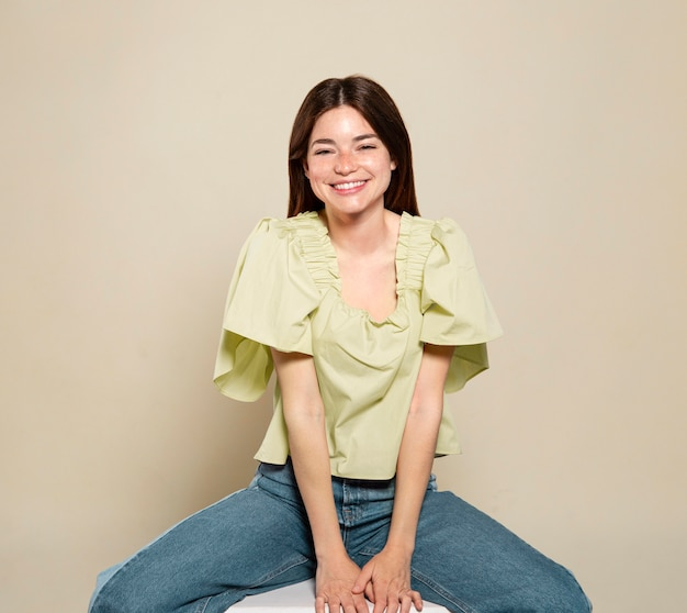 Donna di smiley in posa e seduta