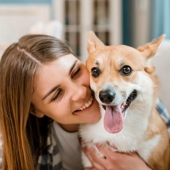 Donna di smiley che propone con il suo cane