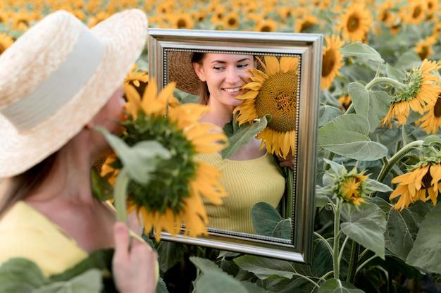 スマイリー女性が鏡でポーズ