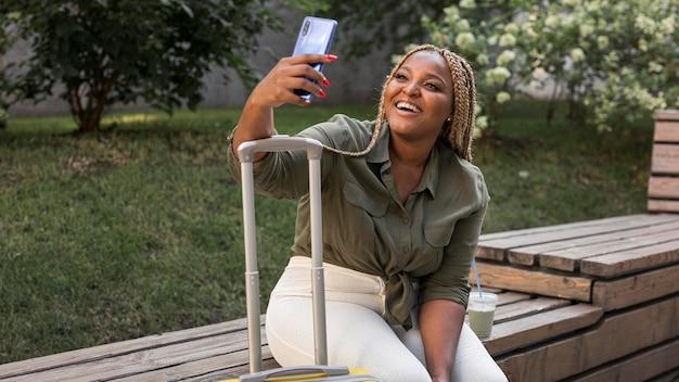 旅行中に、selfieを取ってスマイリー女性