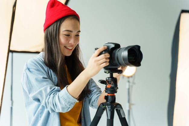 Donna di smiley che cattura foto