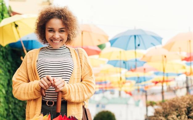 Donna sorridente facendo una passeggiata all'aperto