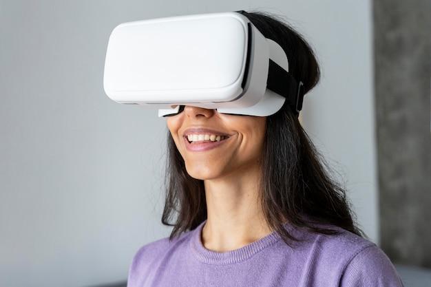 Смайлик женщина с помощью гарнитуры виртуальной реальности дома