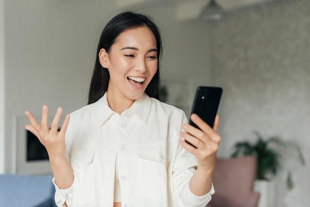 스마트 폰에 vlogging 웃는 여자