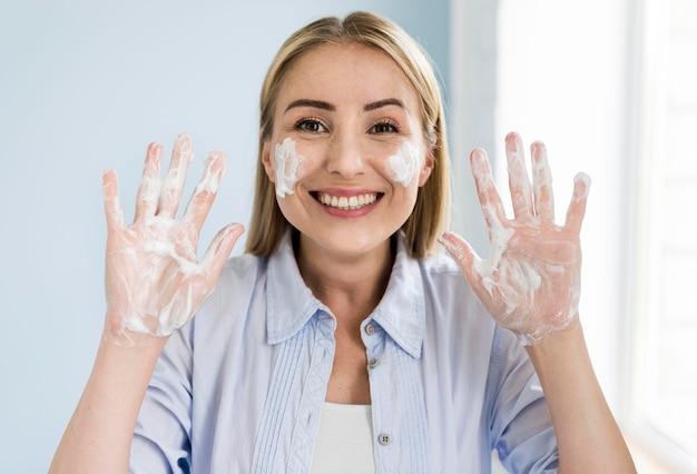 Смайлик женщина моет руки с мылом