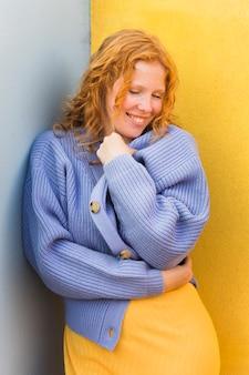 Женщина смайлика свитера нося