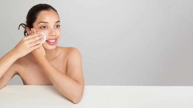 Donna di smiley con rilievo di cotone e copia spazio