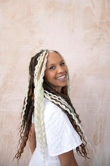 창의적인 예쁜 머리를 가진 웃는 여자