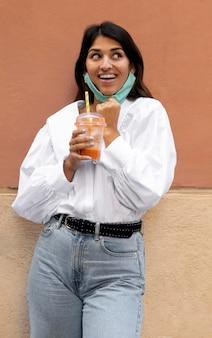 Смайлик женщина с маской для лица и чашкой сока