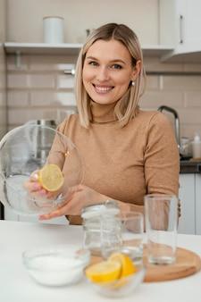 레몬 슬라이스 중간 샷 웃는 여자