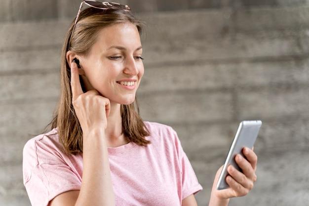 Смайлик женщина с мобильного