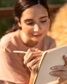 Donna di smiley che scrive da vicino