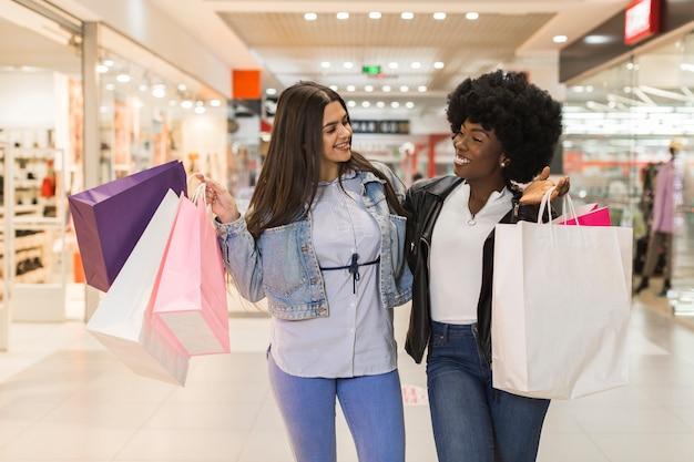 Смайлики счастливы вместе за покупками