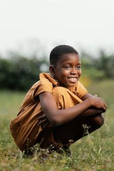 필드에 서 웃는 젊은 아프리카 소년