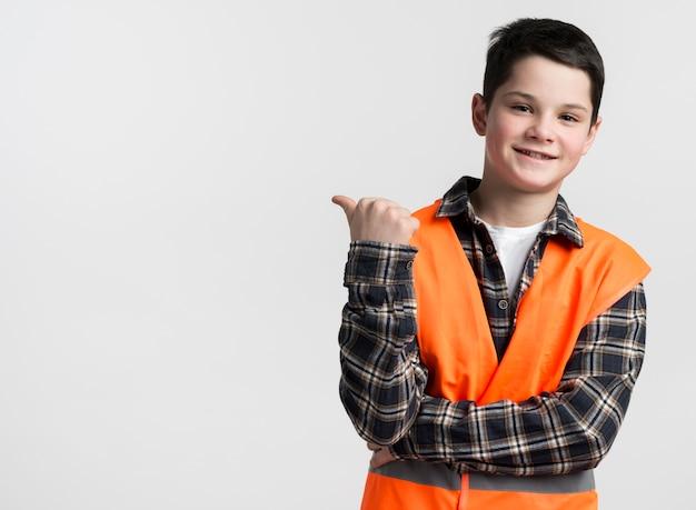 Giovane ragazzo di smiley in maglia con lo spazio della copia