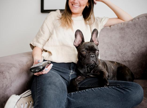 Улыбающаяся молодая девушка со своей собачкой