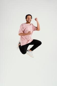 Giovane di smiley che salta