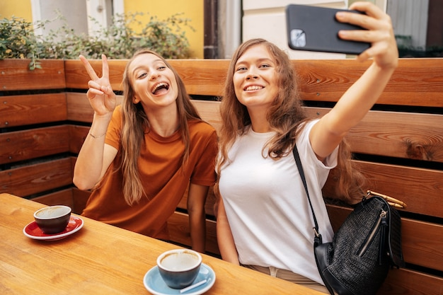 웃는 젊은 여자는 selfie를 복용