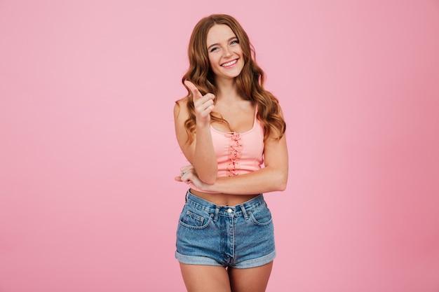 夏服でsmilig若い女性の肖像画