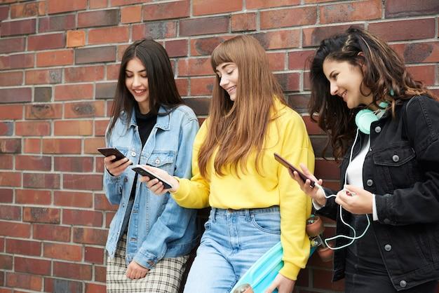 携帯電話を使いながらたくさん笑う