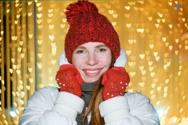 白い冬のジャケットで大人の女の子の笑顔