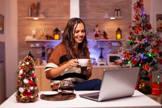 ビデオ通話のオンライン会議で大人の笑顔