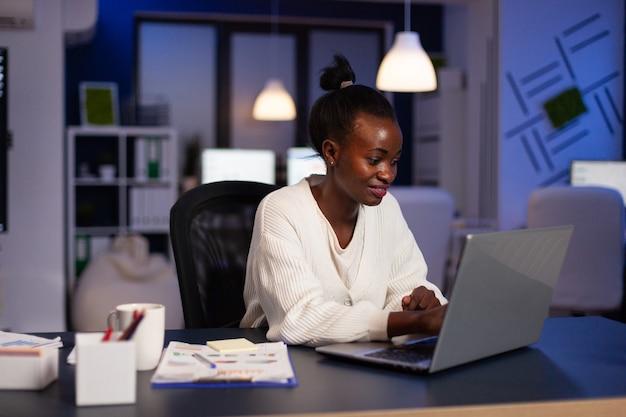 笑顔のアフリカ系アメリカ人実業家計画管理年次グラフ
