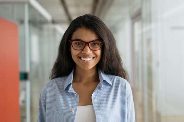 안경을 쓰고 웃는 아프리카 계 미국인 여자