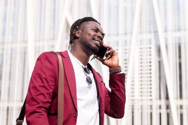 電話で話している笑顔のアフリカのビジネスマン