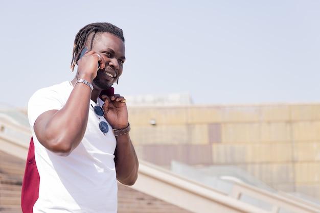 기술의 개념, 전화로 말하는 도시 계단을 걷고 웃는 아프리카 남자