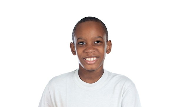 白で隔離されるカメラを見て笑顔のアフロの子