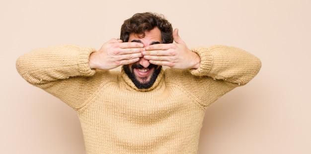 Улыбаться и чувствовать себя счастливым, закрывая глаза обеими руками и ожидая невероятного сюрприза