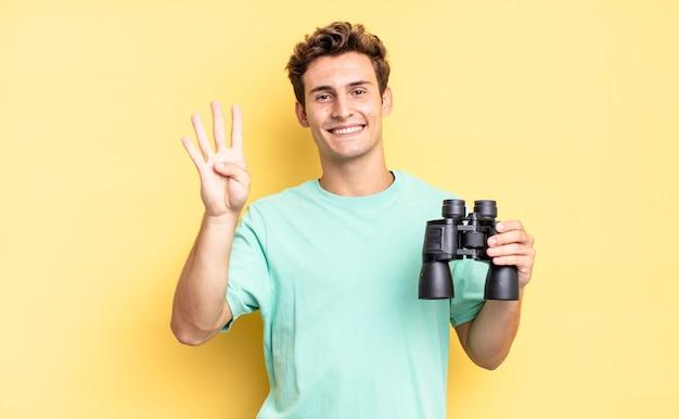 笑顔で親しみやすく、前に手を出して4番または4番を示し、カウントダウンします。双眼鏡のコンセプト