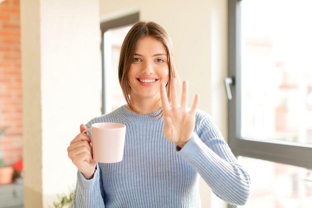 웃고 친근하게 보이며 손으로 4 번 또는 4 번을 보여주고 카운트 다운