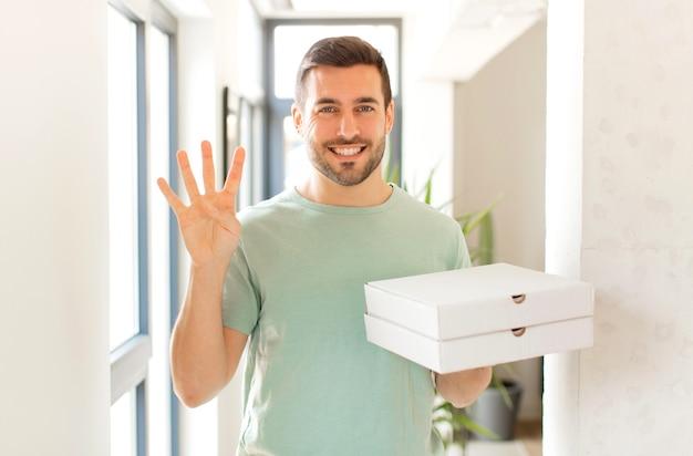 Улыбается и выглядит дружелюбно, показывает четвертый или четвертый номер рукой вперед, ведет обратный отсчет