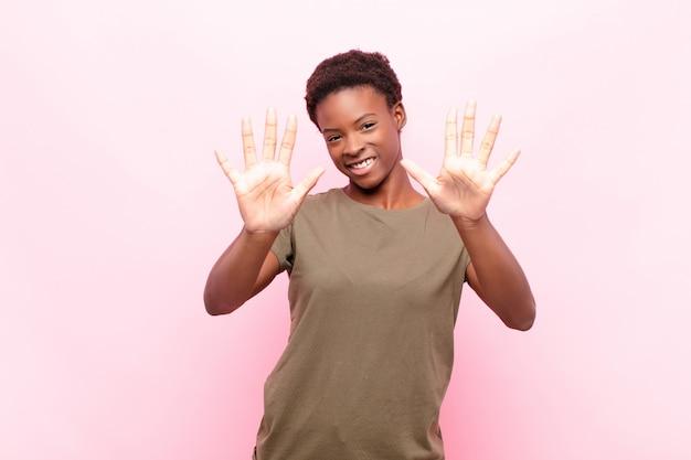 笑顔で親しみやすく、手で数十または十数を示し、カウントダウン