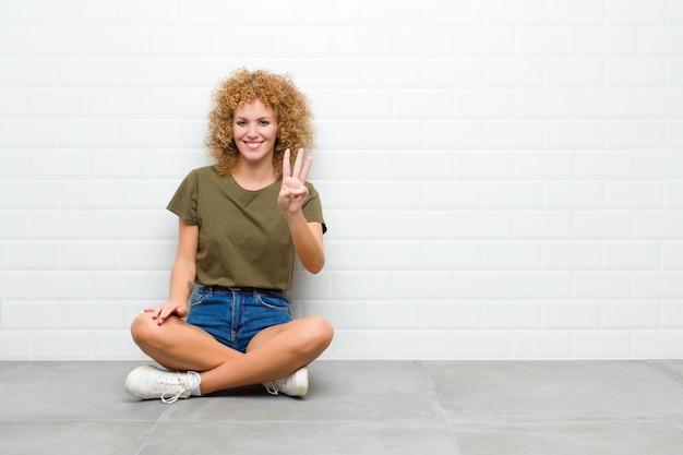 笑顔で親しみやすく、手を前に3番か3番にしてカウントダウン