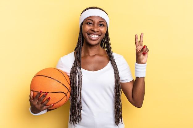 笑顔で親しみやすく、前に手を出して2番か2番を見せ、カウントダウンします。バスケットコンセプト