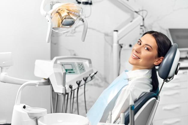 치료 후 치과 사무실에서 웃고 만족 환자.