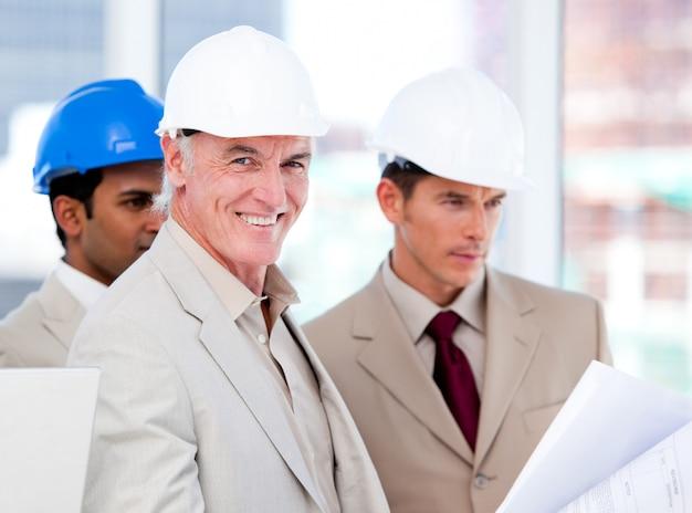 건물 프로젝트에서 작업 웃는 건축가 팀